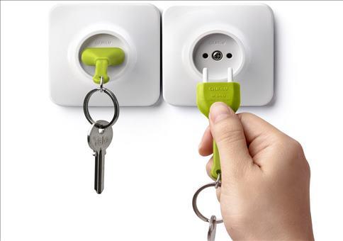 Schlüssel in die Steckdose stecken
