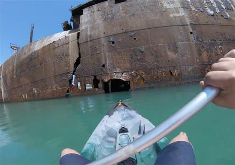 Mit dem Kajak durch ein Schiffswrack