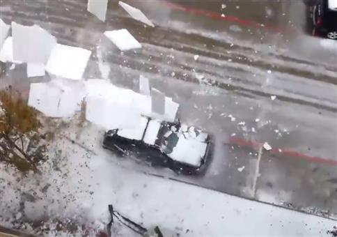 Nehmt Abstand von schneebedeckten Dächern!