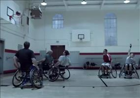 Im Rollstuhl Basketball spielen