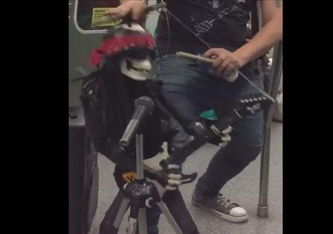 Skelett rockt in der Ubahn