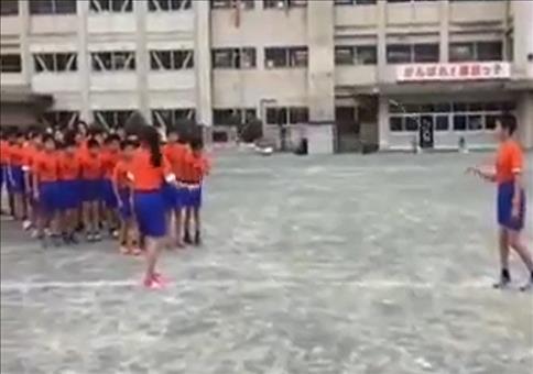 Asiatische Schüler beim Seilspringen