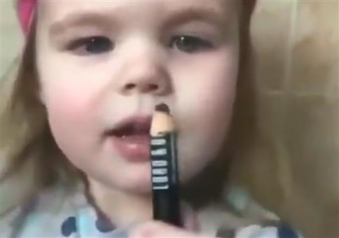 Kleines Mädchen und Eyeliner