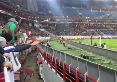 Fußballfan eilt zurück auf die Tribüne