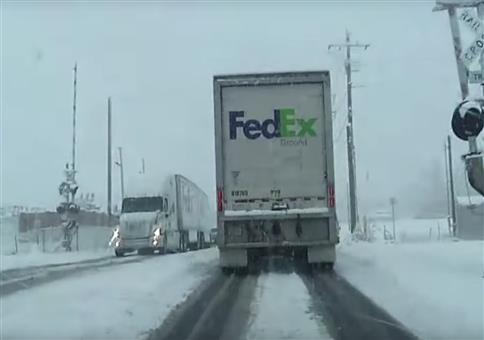 Zu rammt Fedex LKW