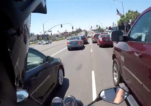 Motorradfahrer streift Auto