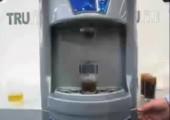 Hier kommt das Getränk von unten ins Glas