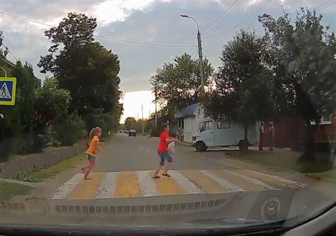 Das war knapp: Aufgepasst aufm Fußgängerüberweg Kinder!