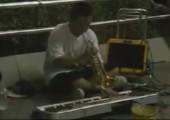 Straßenmusikant mit Klavier und Trompete