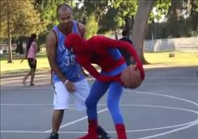 Spiderman spielt Basketball