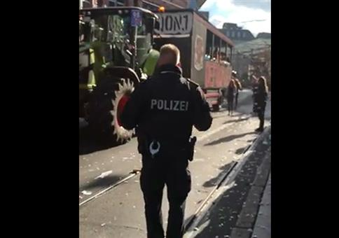 Polizist bei Hardcore-Techno Parade