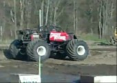 Monstertruck macht Backflip