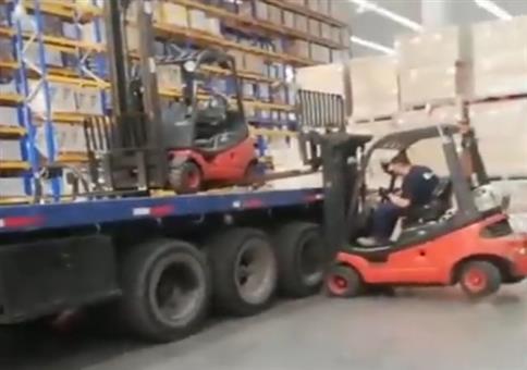 Gabelstapler mit Gabelstapler vom LKW abladen