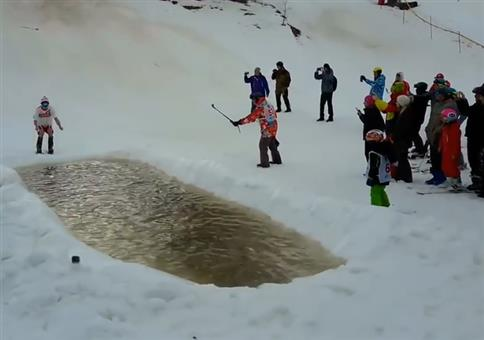 Mit den Ski und viel Schwung übers Wasser