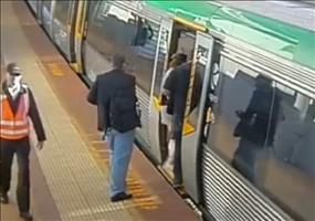 Eingeklemmter Fuß an der Bahnsteigkante
