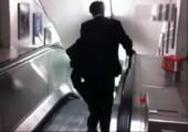 Betrunkener Geschäftsmann auf Rolltreppe