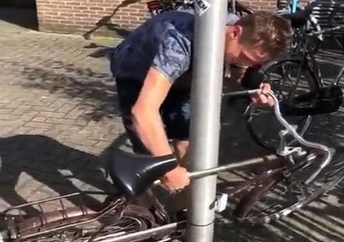 Fahrrad an der Laterne anschließen