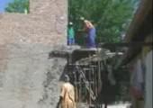 Zement schippen mit nur einer Schippe