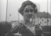 Frau testet kugelsicheres Glas