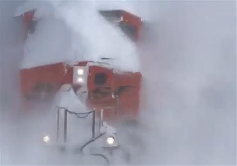Zug vs. massig Schnee
