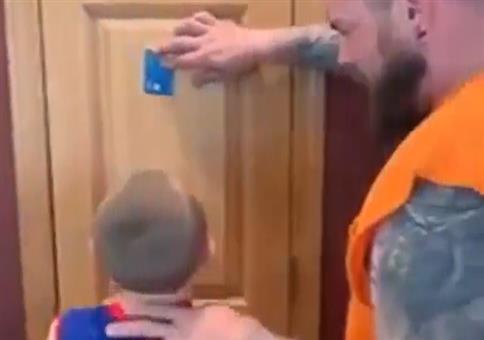 Kinder verarschen: Kreditkarte mit dem Kopf fangen