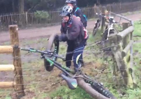 Fahrrad hängt im Elektrozaun fest