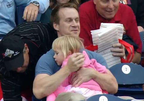 Vater fängt Foulball beim Baseball