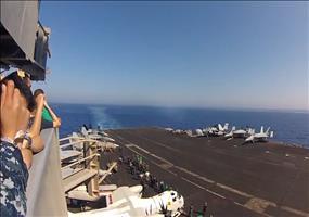 Boeing F/A-18E/F Super Hornet im Vorbeiflug
