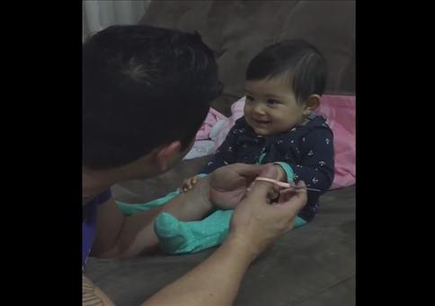 Fingernägel schneiden bei einem Kleinkind