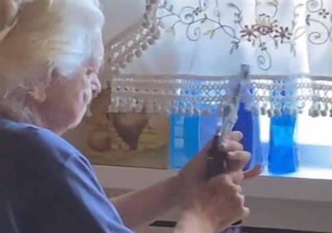 Oma und die Flasche Wein
