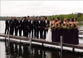 Wunderschönes Hochzeitsfoto auf einem Steg am See