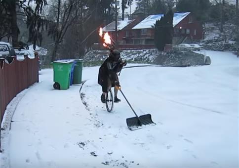 Darth Vader beim Schnee schippen