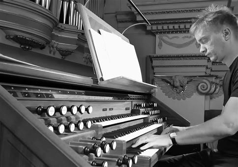 L'Amour Toujours auf der Orgel