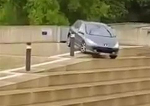 Mit dem Auto die Treppe runter