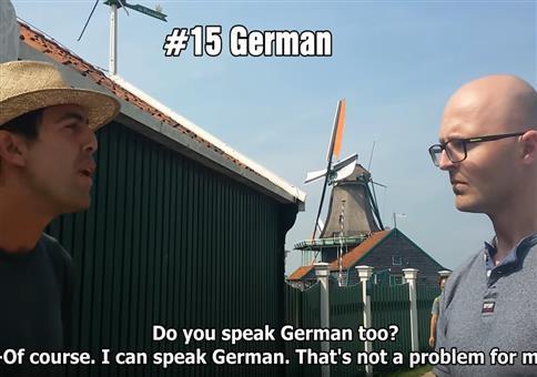 Zwei Typen unterhalten sich in 21 verschiedenen Sprachen