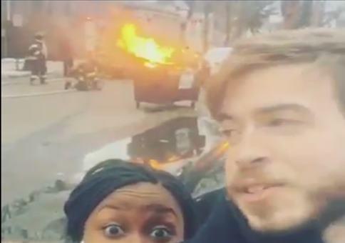 Selfie mit der Feuerwehr im Hintergrund