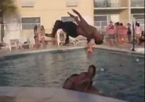 Cooler Stunt am Beckenrand