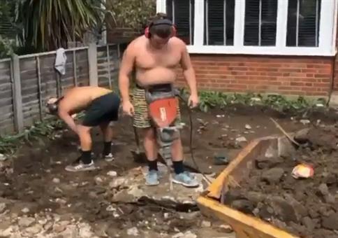 Mann arbeitet mit Bauch