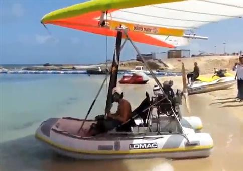 Dieses Schlauchboot kann nicht nur auf dem Wasser fahren