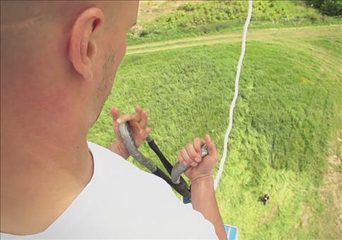 Damien Walters springt Bungee ohne Sicherung