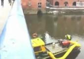 Schneeballschlacht mit Löschboot