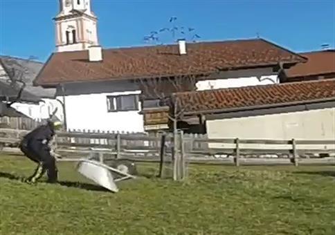 Schubkarre in die Luft sprengen