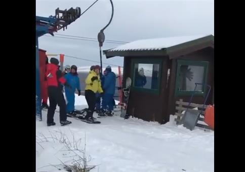 Zum ersten Mal mit den Kumpels Snowboarden