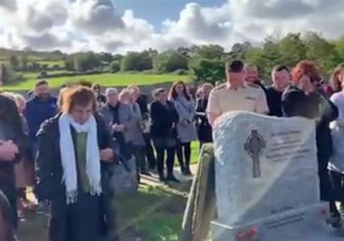 Bei seiner eigenen Beerdigung die Gäste zum Lachen bringen