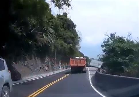 Neulich in Taiwan: Vorsicht Steinschlag!