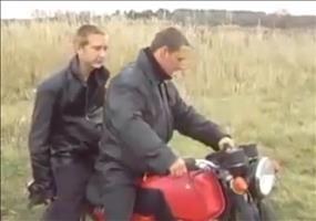 Zwei Typen auf einem Motorrad
