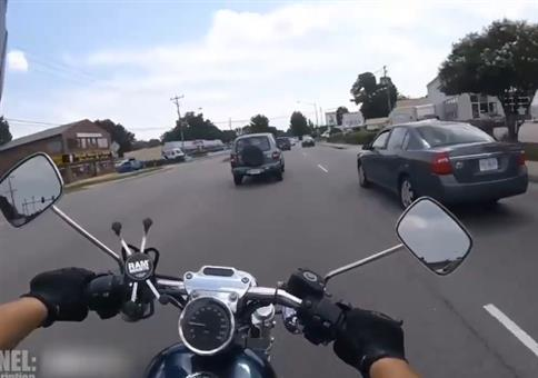 Wenn das Auto den Motorradfahrer abdrängt