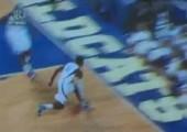 Basketballer springt über die ersten Zuschauerreihen