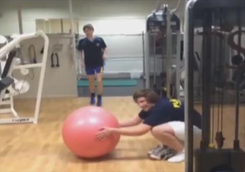 Gute Freunde Streich: Ball unterm Hinterm
