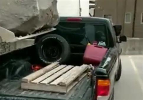 Kleines Steinchen auf Auto laden